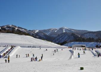 快晴の日本のスキーリゾート