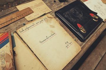 banc d'écolier, cahiers, livres et cartable 1940