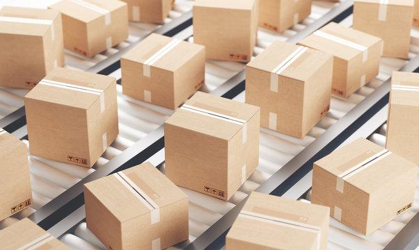 Scatole o pacchi su nastro in magazzino con scatola aperta