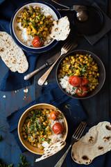 specialità indiana: pietanza speziata con ceci, verdure, riso a grana lunga in bianco e pane non lievitato su base rustica