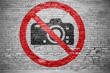 Ziegelsteinmauer mit Fotografieren verboten Graffiti