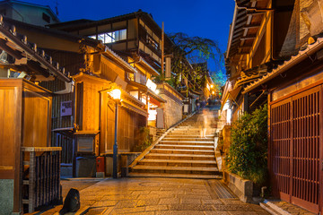 Poster Japan Japanese old town in Higashiyama District of Kyoto at night, Japan