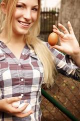 Frau hält frisches Ei