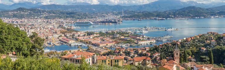 Photo sur Plexiglas Bleu jean panorama de la Spezia, ville, port et arsenal de Ligurie, Italie