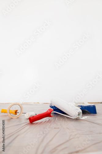 farbroller farbe und wanne auf schutzplane vor wei er wand stockfotos und lizenzfreie bilder. Black Bedroom Furniture Sets. Home Design Ideas