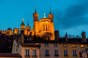 La basilique Notre -Dame-de-Fourvière à Lyon de nuit