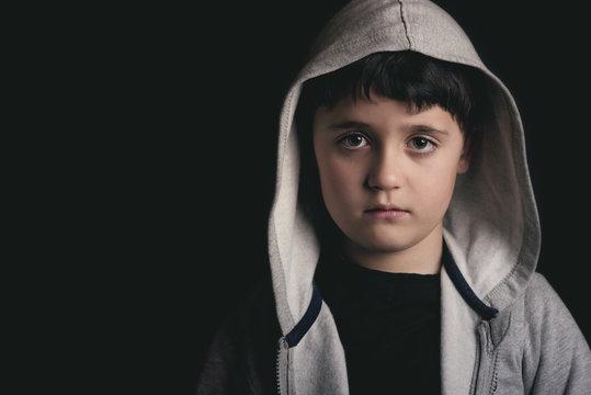 niño triste sobre fondo negro