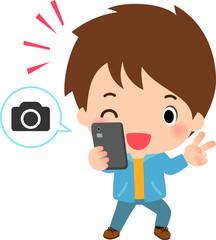 スマートフォンで自撮りする若い男性