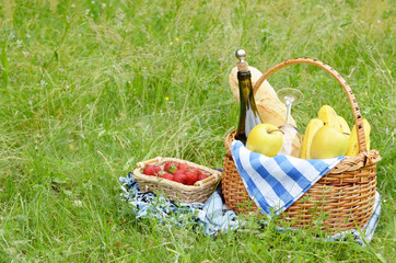 Foto op Canvas Picknick Picnic basket and strawberry