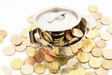 Ein Kochtopf ist mit Euromünzen gefüllt, Symbolfoto für Fördergelder