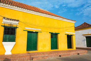 Fototapete - Yellow and Green Colonial Architecture