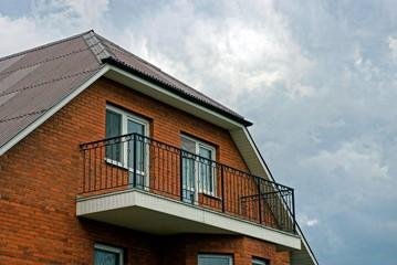 Фасад частного здания с балконом