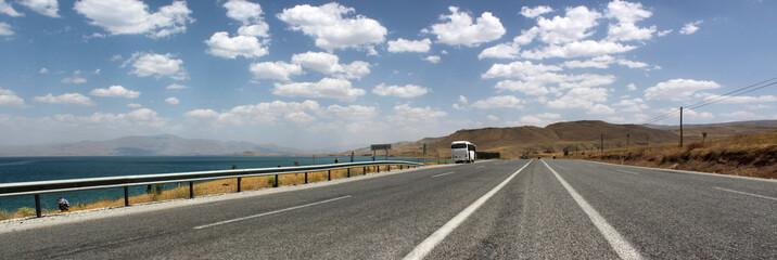 ein Reisebus macht eine Pause an einer vierspurigen Schnellstraße am Van Gölü in Kurdistan, Anatolien, Türkei