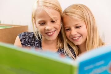 Kinder lesen in einem Buch