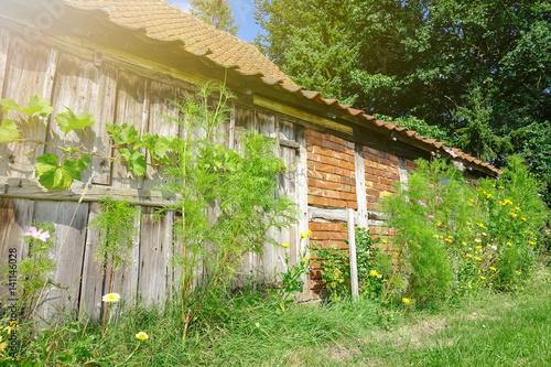 alte scheune im sommer mit wildblumen bepflanzt stockfotos und lizenzfreie bilder auf fotolia. Black Bedroom Furniture Sets. Home Design Ideas