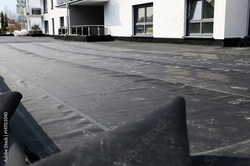 flachdachabdichtung mit bitumen waterproofing flat roof with bitumen stockfotos und. Black Bedroom Furniture Sets. Home Design Ideas
