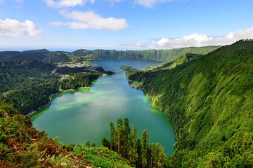 Maravilhosa Lagoa das Sete Cidades nos Açores. Paisagem natural de lago formado em cratera vulcanica.