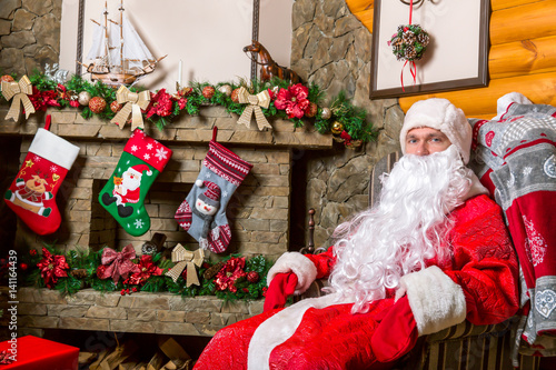 Bearded santa claus sitting in a chair stockfotos und for Sedia babbo natale