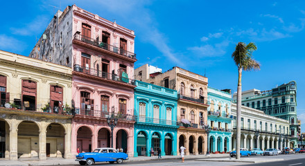 """Foto op Plexiglas Havana Die Hauptstraße in Havanna """"Calle Paseo de Marti"""" mit alten restaurierten Häuserfronten und Oldtimer auf der Straße"""
