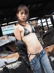 廃墟と水着の女性