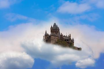 Luftschloss Fantasy Schloss in den Wolken.