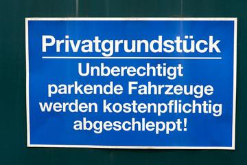 Privatgrundstück / Schild an einem Tor mit dem Wort Privatgrundstück