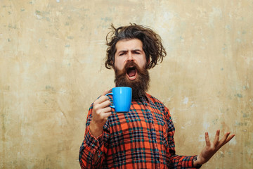 singing bearded man pulling stylish fringe hair with blue cup Fotobehang