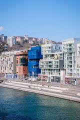 Immeubles au bord de la place Nautique dans le quartier de Confluence à Lyon
