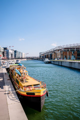 Péniche dans la Marina du quartier de Confluence à Lyon