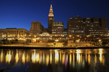 Fototapete - Cleveland skyline at night