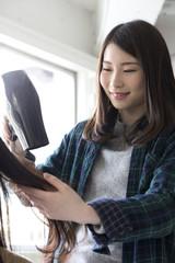 ドライヤーで髪を乾かす美容師