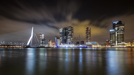 Photo sur Aluminium Rotterdam Rotterdam Skyline with Erasmus Bridge in the night, Netherlands