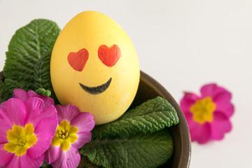 Frohe Ostern: emoji als Osterei mit Primel