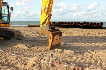 Bagger im Einsatz an der Küste, Sandvorspülung, Maßnahme des Küstenschutzes