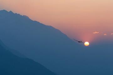 aliante in volo al tramonto