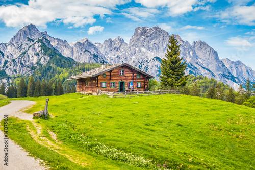 Fototapete Traditional wooden mountain chalet in alpine mountain scenery