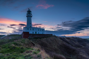 Foto auf AluDibond Leuchtturm Twilight at Flamborough Head Lighthouse / Flamborough Head is an eight mile long promontory on the Yorkshire coastline. It is a chalk headland, with sheer white cliffs