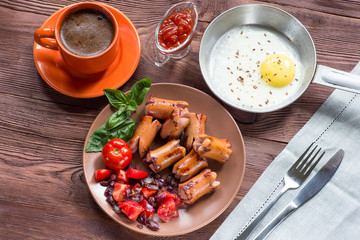 Baked eggs with sausage and vegetables in the pan.