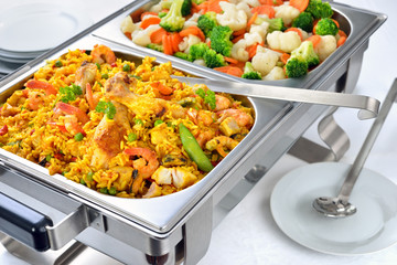 Kleines warmes Buffet  mit Paella und gemischtem Buttergemüse - Warm buffet with Spanish paella and mixed buttered vegetables served in a chafing dish