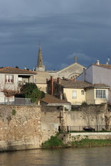 Ville de Limoux et rivière Aude , Occitanie dans le sud de la France