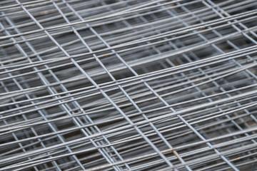 Metallstäbe eines Bauzaunes