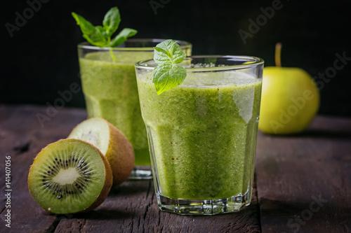 green smoothies with kiwi fruit stockfotos und lizenzfreie bilder auf bild. Black Bedroom Furniture Sets. Home Design Ideas