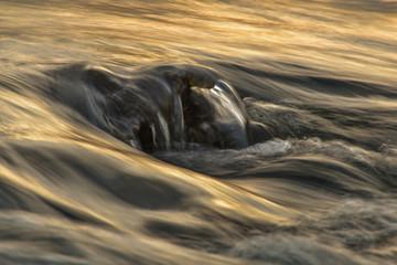Fließendes Wasser beim Sonnenuntergang