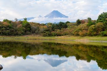 El volcán de Colima reflejado en el lago.