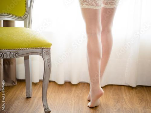bella donna in lingerie nella camera da letto