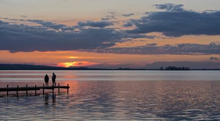 Panorama Silhouette von Paar auf Steg bei Sonnenuntergang am Steinhuder Meer