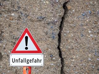 Unfallgefahr Risse Wand Schild