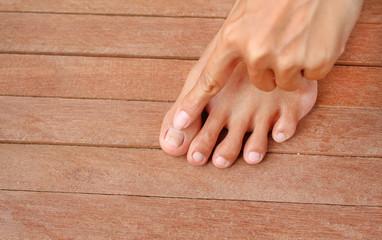 Point to Damaged toenail, broken nail