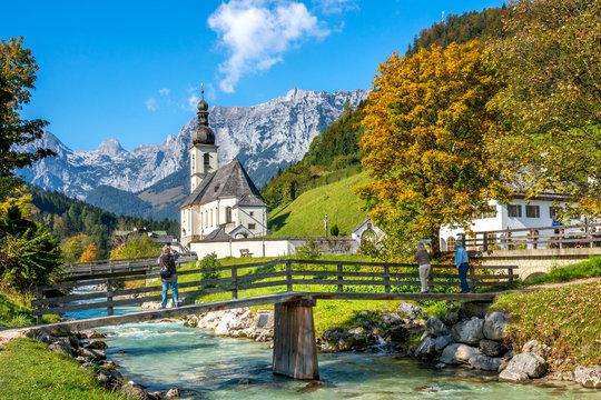 Idyllische Kirche in Ramsau vor Bergpanorama, Berchtesgaden, Deutschland