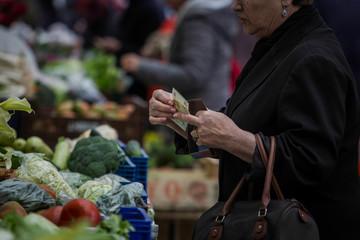 Comprando en un mercado de frutas tradicional